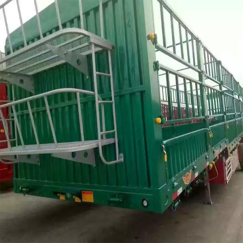 仓栅式半挂车载货部位采用栅栏结构设计的半挂车.